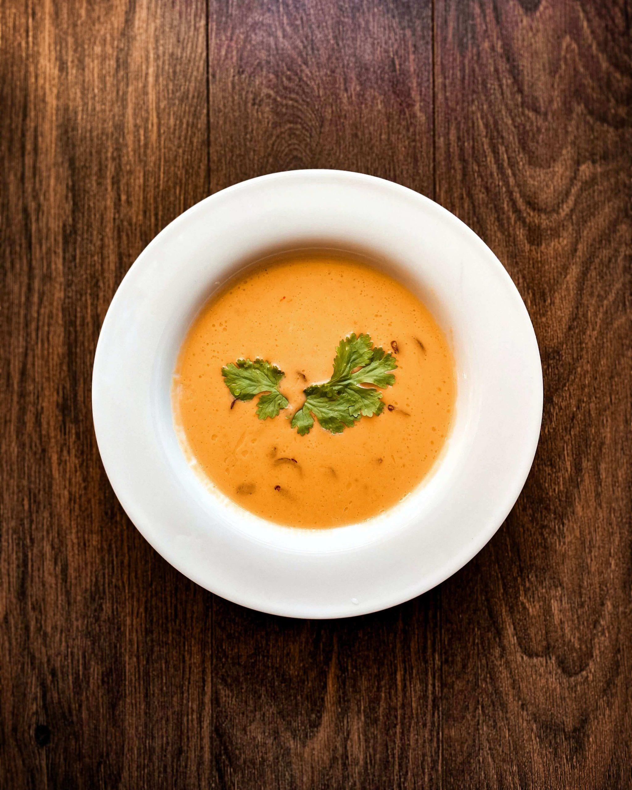 piatto bianco con la zuppa