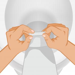 Stomizzato che punta l_apertura della sacca per stomia in direzione del water per procedere con lo svuotamento di essa