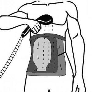 uomo che fa la doccia con una moderna sacca per stomia